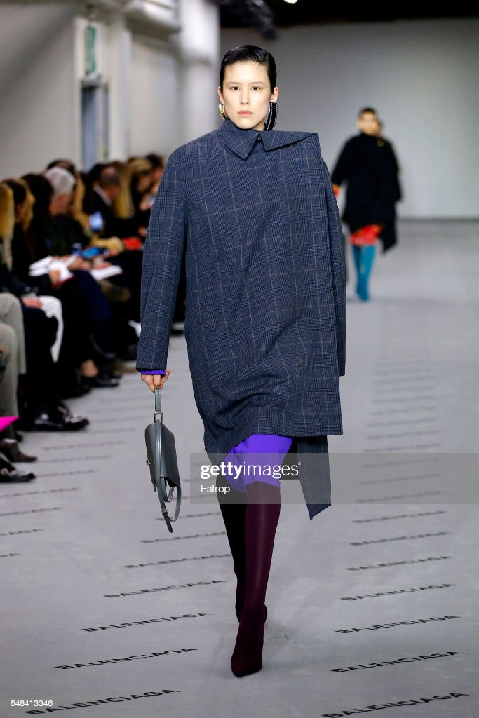 Balenciaga : Runway - Paris Fashion Week Womenswear Fall/Winter 2017/2018 : News Photo
