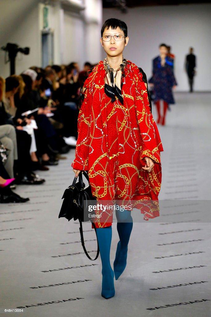 Balenciaga : Runway - Paris Fashion Week Womenswear Fall/Winter 2017/2018 : News Photo