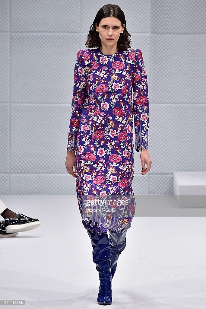 Balenciaga : Runway - Paris Fashion Week Womenswear Fall/Winter 2016/2017 : News Photo