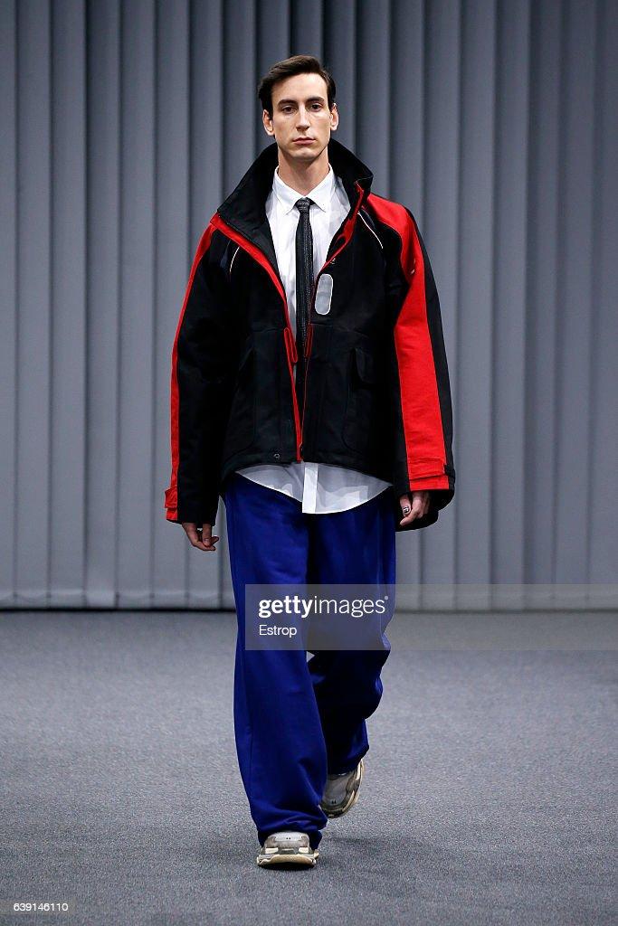Balenciaga : Runway - Paris Fashion Week - Menswear F/W 2017-2018 : News Photo
