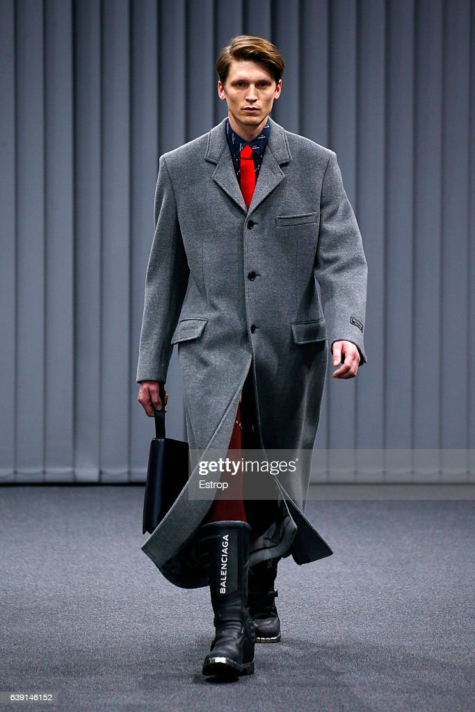 Balenciaga : Runway - Paris Fashion Week - Menswear F/W 2017-2018 : News Photo