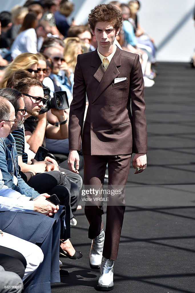Balenciaga : Runway - Paris Fashion Week - Menswear Spring/Summer 2017 : News Photo