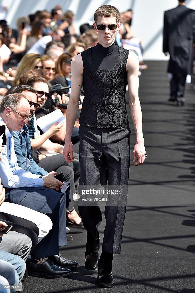 Balenciaga : Runway - Paris Fashion Week - Menswear Spring/Summer 2017 : Photo d'actualité