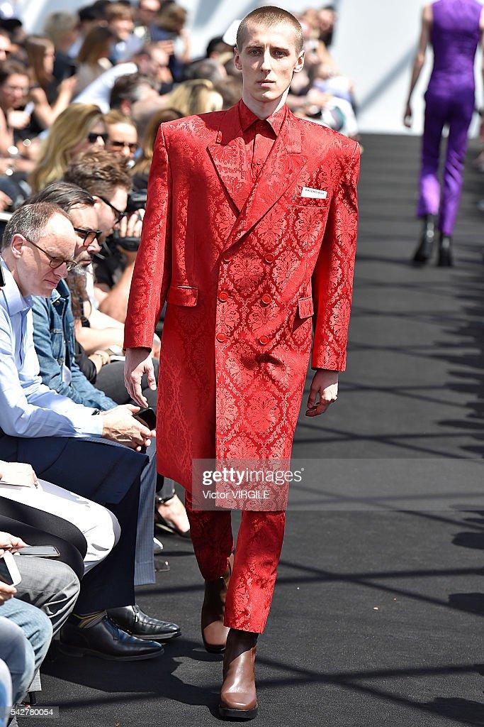 Balenciaga : Runway - Paris Fashion Week - Menswear Spring/Summer 2017 : Fotografia de notícias