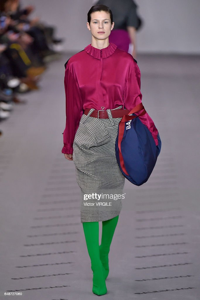 Balenciaga : Runway - Paris Fashion Week Womenswear Fall/Winter 2017/2018 : Nachrichtenfoto