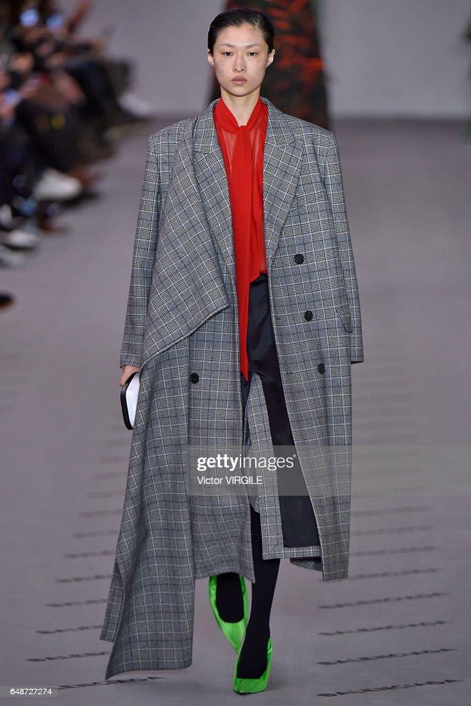 Balenciaga : Runway - Paris Fashion Week Womenswear Fall/Winter 2017/2018 : Nachrichtenfoto