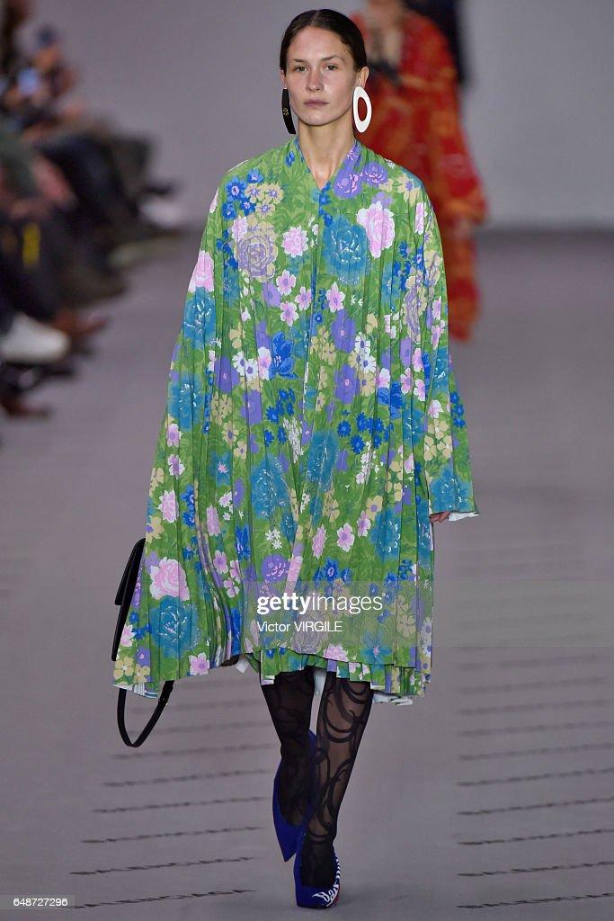 69efa3e14c0b Balenciaga : Runway - Paris Fashion Week Womenswear Fall/Winter 2017/2018 :  News