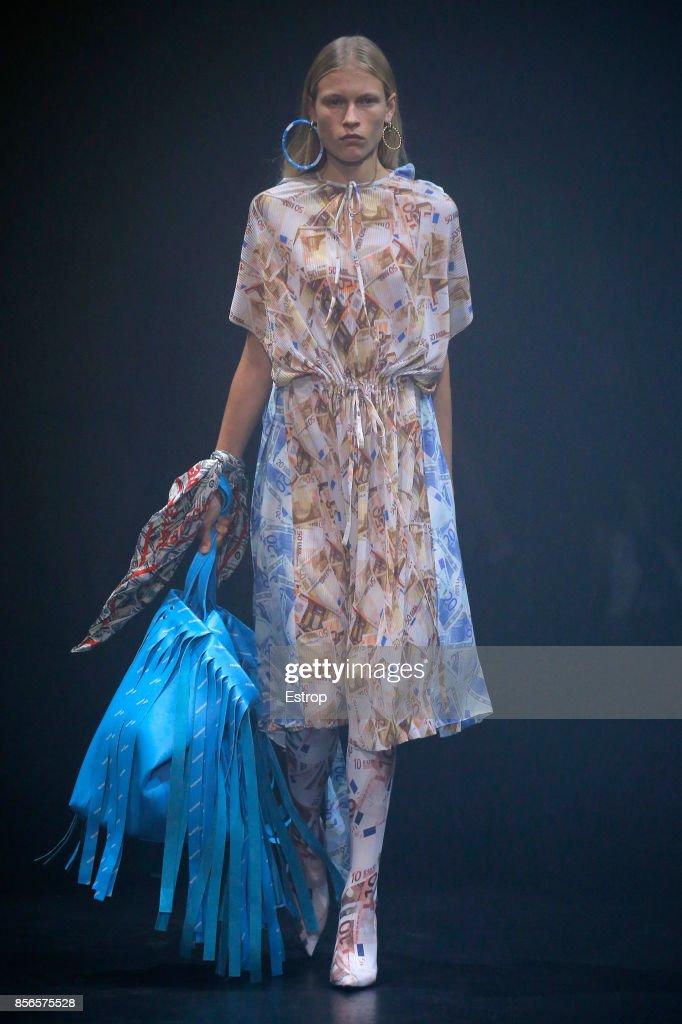 Balenciaga : Runway - Paris Fashion Week Womenswear Spring/Summer 2018 : ニュース写真