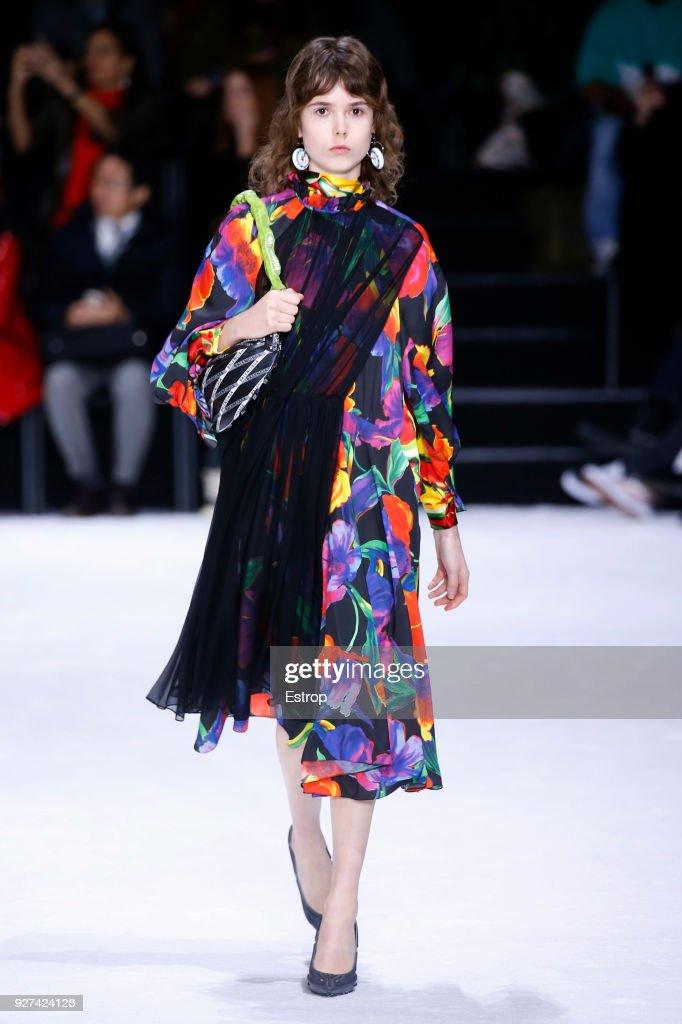 Balenciaga : Runway - Paris Fashion Week Womenswear Fall/Winter 2018/2019 : News Photo