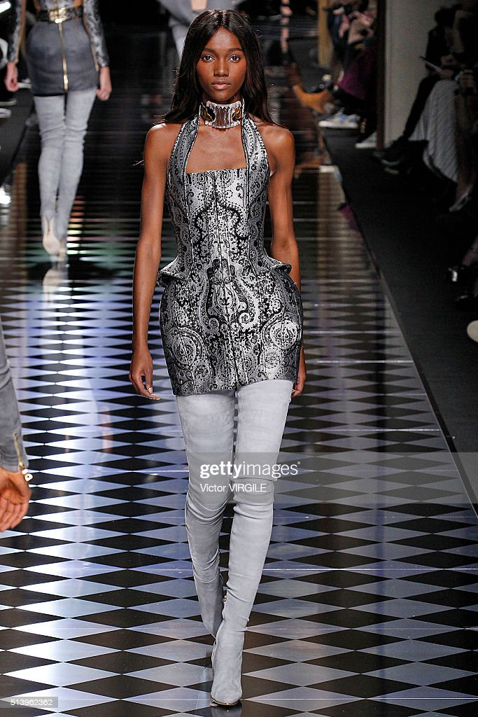 Balmain : Runway - Paris Fashion Week Womenswear Fall/Winter 2016/2017 : News Photo