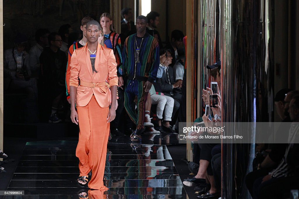 Balmain : Runway - Paris Fashion Week - Menswear Spring/Summer 2017 : News Photo