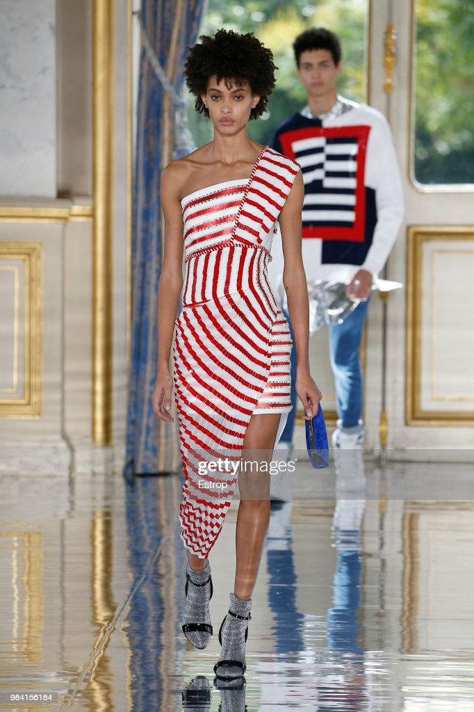 Balmain: Runway - Paris Fashion Week - Menswear Spring/Summer 2019 : Fotografía de noticias