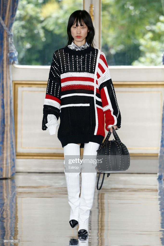 Balmain: Runway - Paris Fashion Week - Menswear Spring/Summer 2019 : News Photo