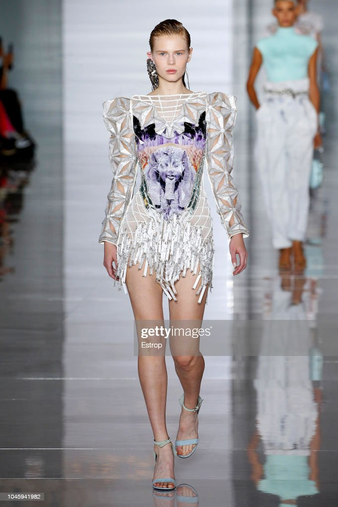 Balmain : Runway - Paris Fashion Week Womenswear Spring/Summer11 2019 : ニュース写真