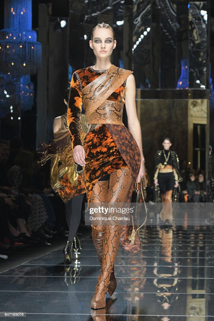 Balmain : Runway - Paris Fashion Week Womenswear Fall/Winter 2017/2018 : News Photo