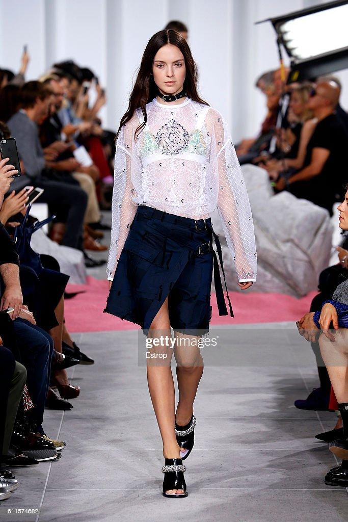 Carven : Runway - Paris Fashion Week Womenswear Spring/Summer 2017 : News Photo