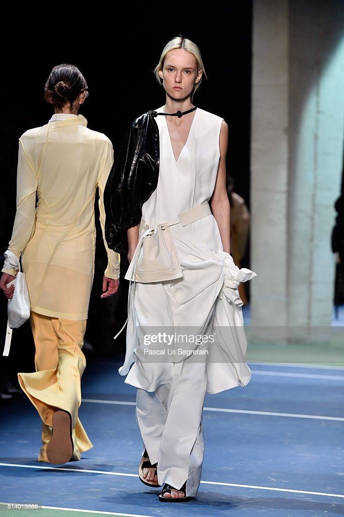 Celine : Runway - Paris Fashion Week Womenswear Fall/Winter 2016/2017 : News Photo