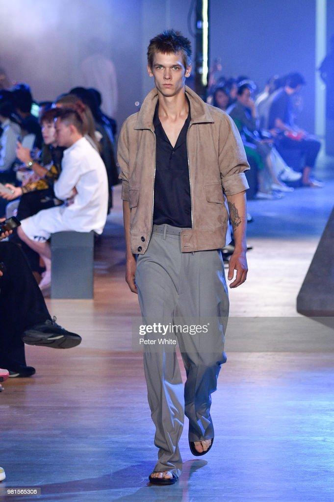 3843b8da6f Cerruti 1881: Runway - Paris Fashion Week - Menswear Spring/Summer 2019 :  News