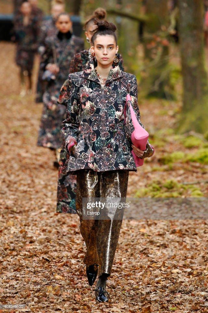 Chanel : Runway - Paris Fashion Week Womenswear Fall/Winter 2018/2019 : ニュース写真
