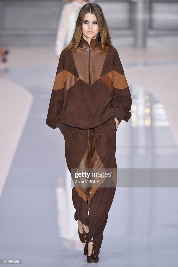 Chloe : Runway - Paris Fashion Week Womenswear Fall/Winter 2017/2018 : News Photo