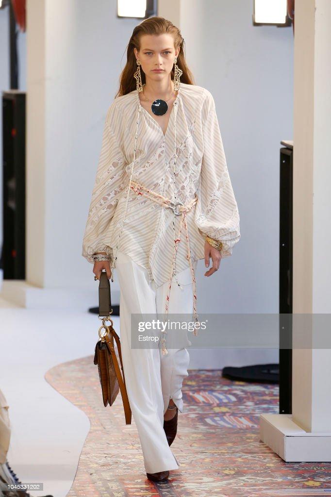 Chloe : Runway - Paris Fashion Week Womenswear Spring/Summer 2019 : Nachrichtenfoto