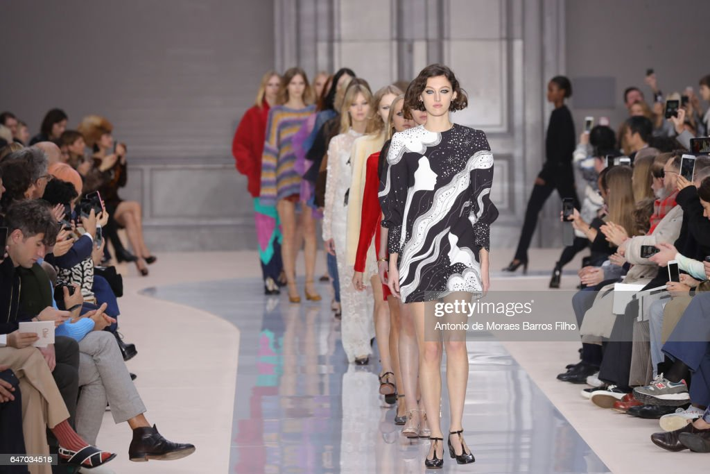 Chloe : Runway - Paris Fashion Week Womenswear Fall/Winter 2017/2018 : News Photo