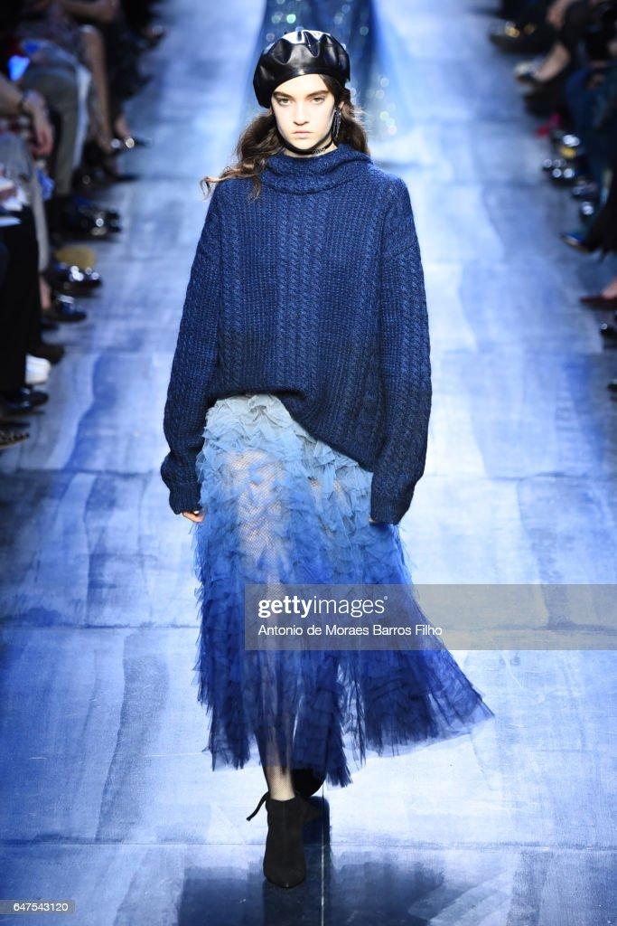 Christian Dior : Runway - Paris Fashion Week Womenswear Fall/Winter 2017/2018 : News Photo