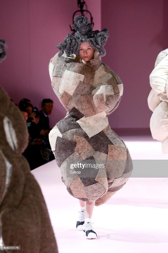 Comme des Garcons: Runway - Paris Fashion Week Womenswear Fall/Winter 2017/2018 : News Photo