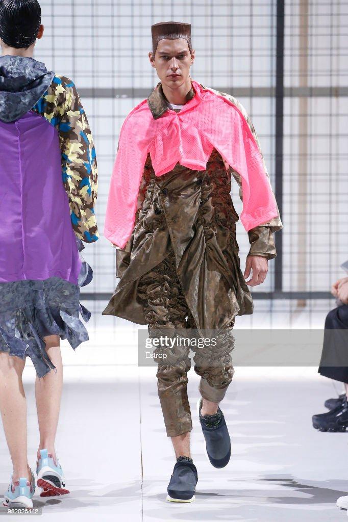 Comme des Garcons: Runway - Paris Fashion Week - Menswear Spring/Summer 2019 : Nachrichtenfoto