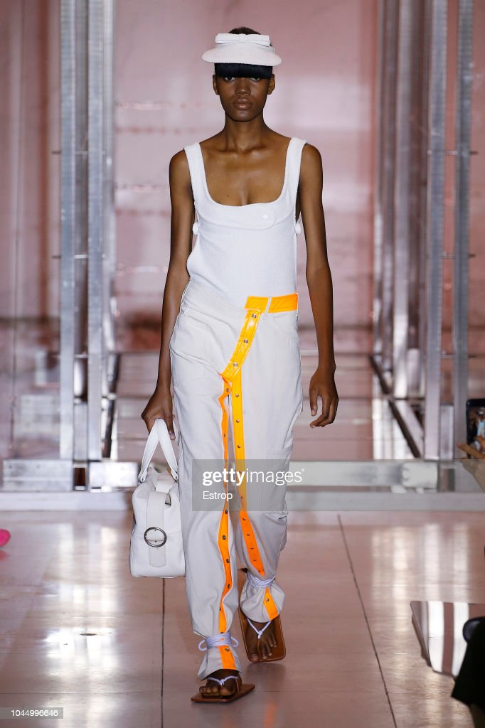 Courreges : Runway - Paris Fashion Week Womenswear Spring/Summer 2019 : ニュース写真