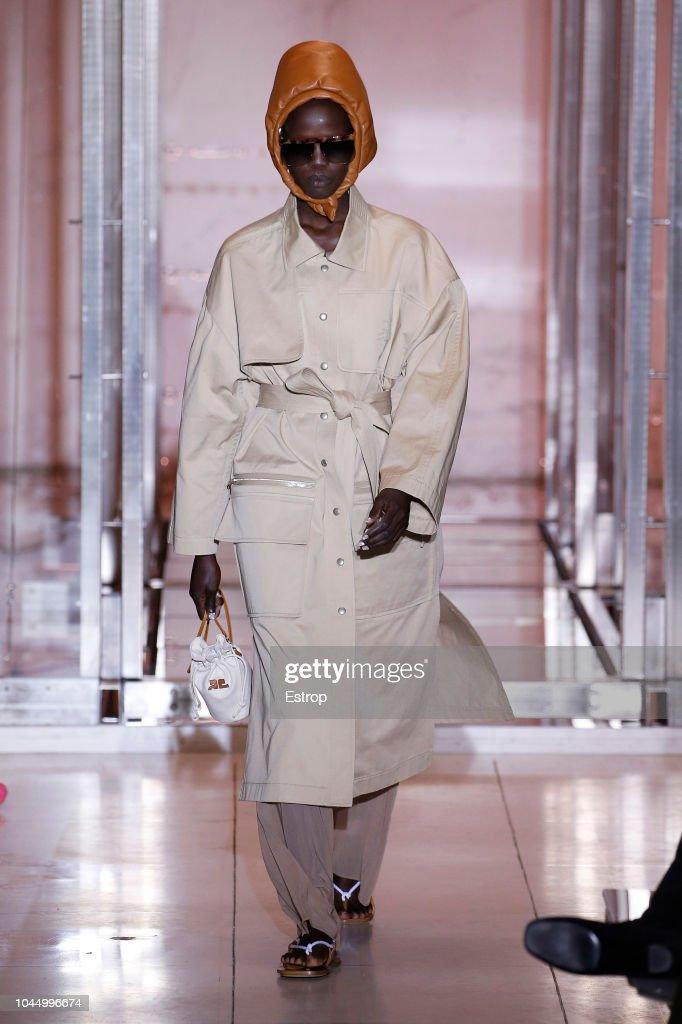 Courreges : Runway - Paris Fashion Week Womenswear Spring/Summer 2019 : ニュース写真