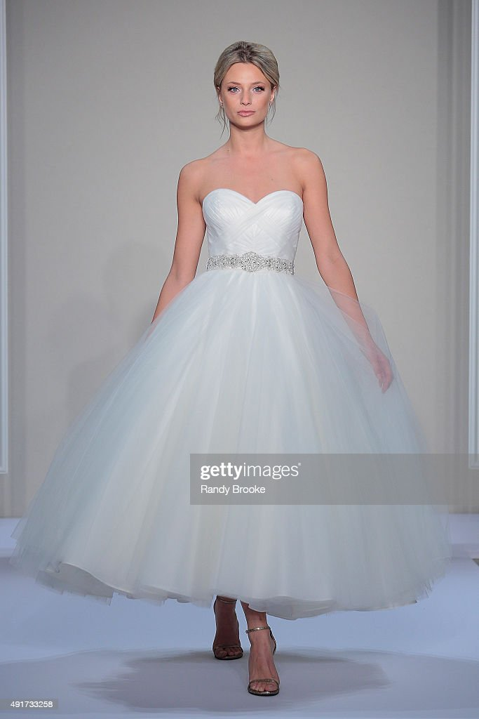 Dennis Basso For Kleinfeld Bridal Fall/Winter 2016 Runway Show ...