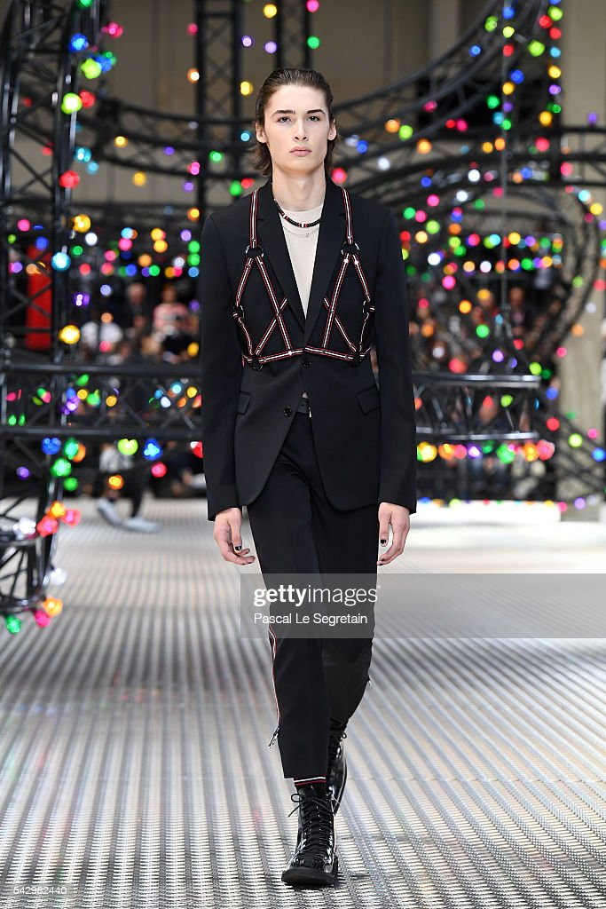 Dior Homme : Runway - Paris Fashion Week - Menswear Spring/Summer 2017 : News Photo
