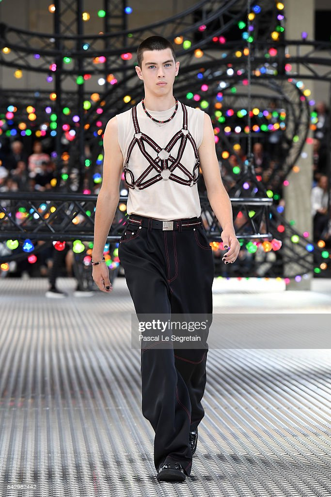 Dior Homme : Runway - Paris Fashion Week - Menswear Spring/Summer 2017 : News Photo
