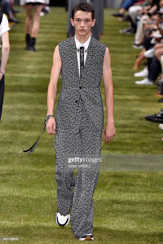 Dior Homme : Runway - Paris Fashion Week - Menswear Spring/Summer 2018 : ニュース写真