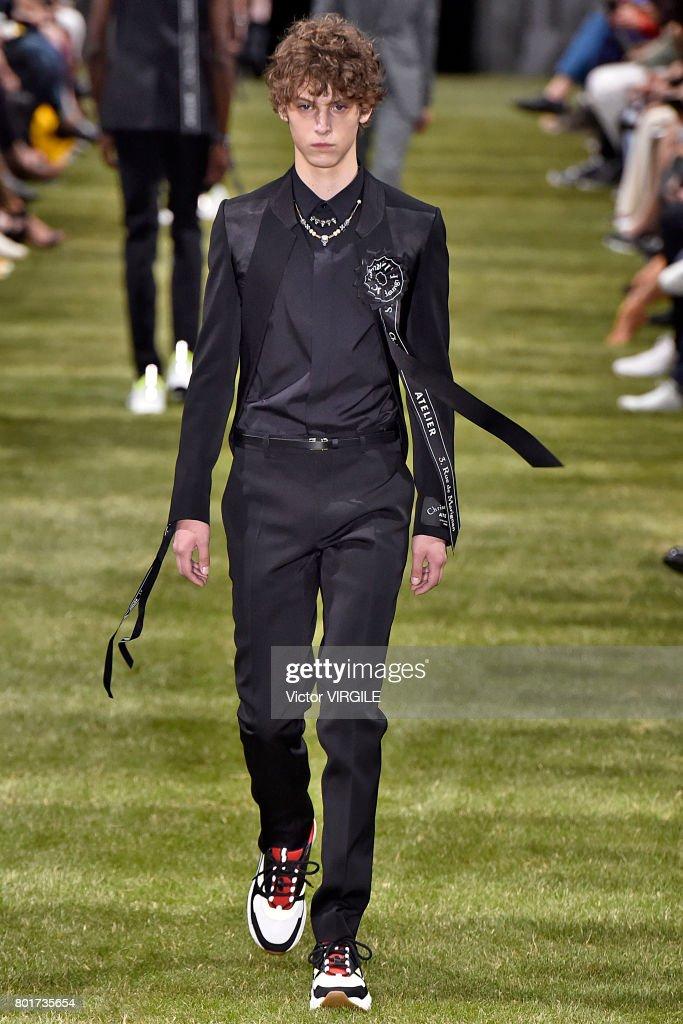 Dior Homme : Runway - Paris Fashion Week - Menswear Spring/Summer 2018 : ニュース写真