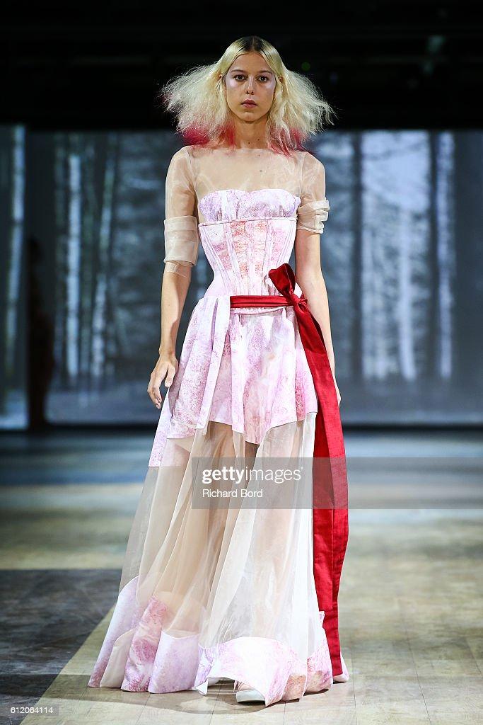 Dorhout Mees : Runway - Paris Fashion Week Womenswear Spring/Summer 2017 : News Photo