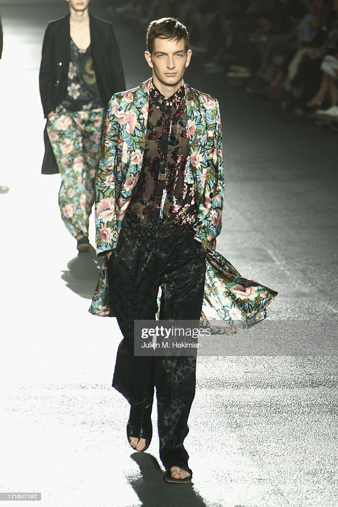 Dries Van Noten : Runway - Paris Fashion Week - Menswear S/S 2014