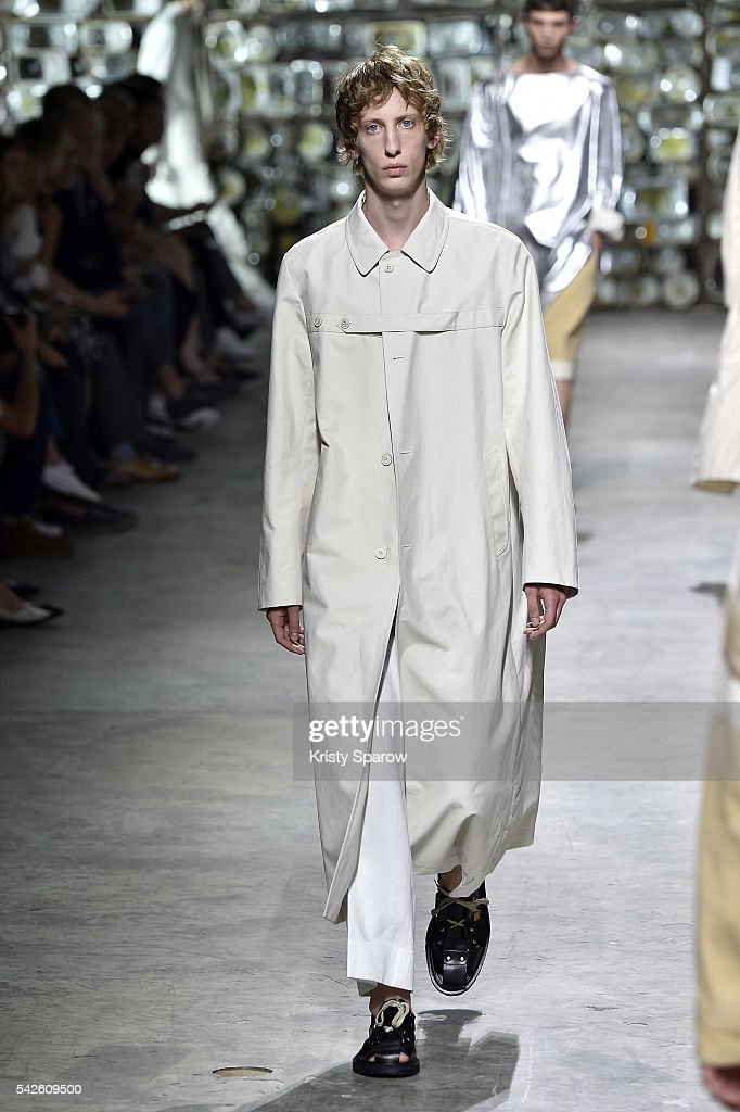 Dries Van Noten : Runway - Paris Fashion Week - Menswear Spring/Summer 2017 : News Photo