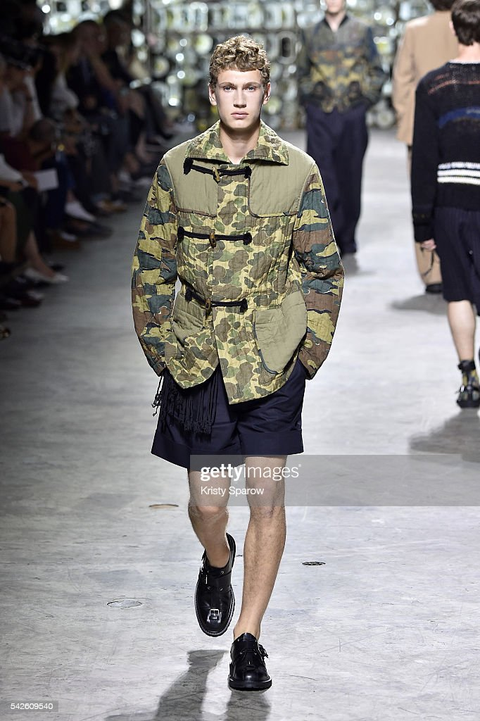 Dries Van Noten : Runway - Paris Fashion Week - Menswear Spring/Summer 2017 : News Photo