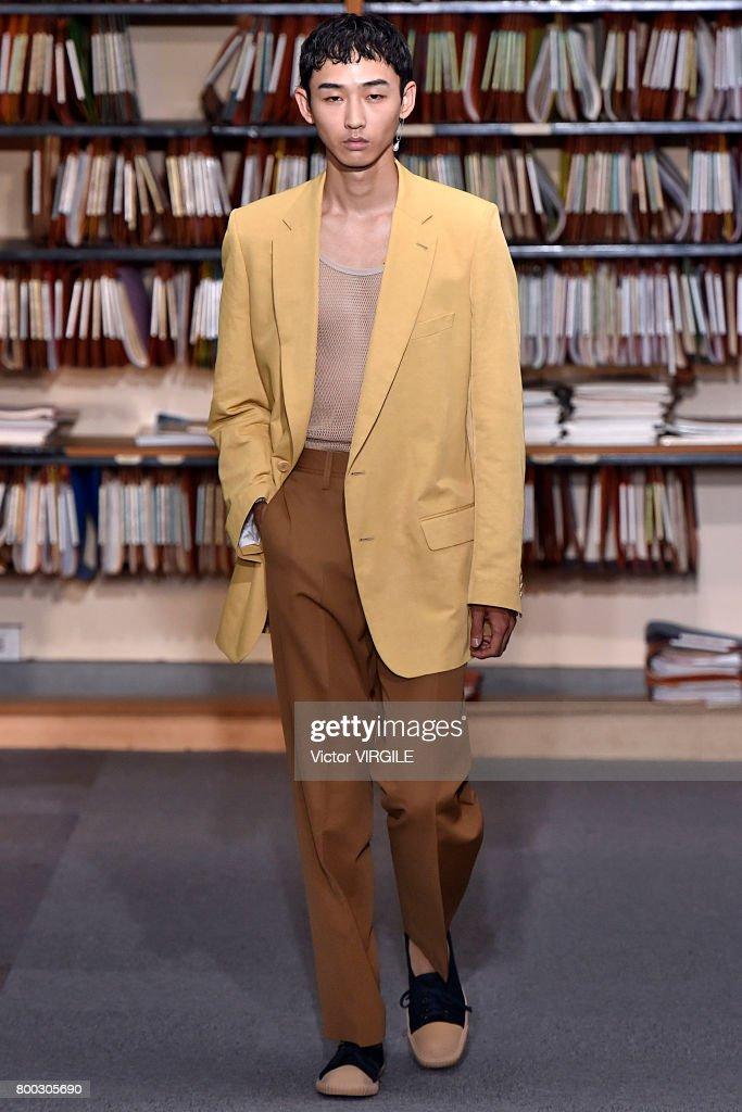 Dries Van Noten : Runway - Paris Fashion Week - Menswear Spring/Summer 2018 : News Photo