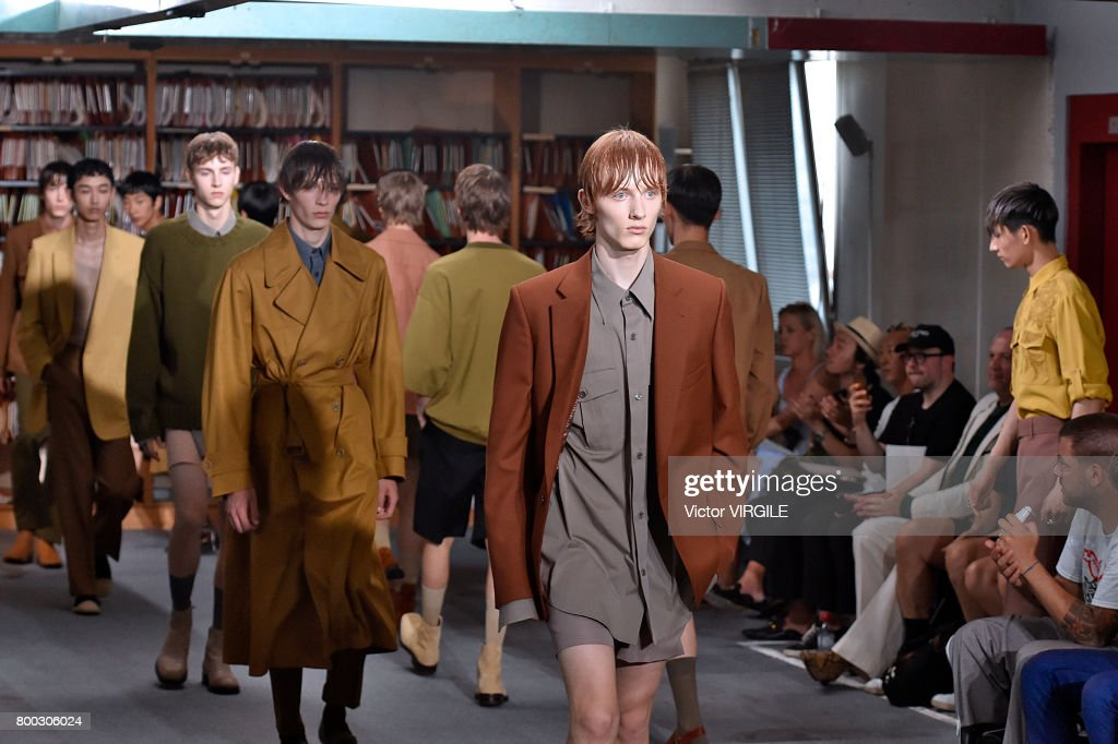 Dries Van Noten : Runway - Paris Fashion Week - Menswear Spring/Summer 2018 : News Photo