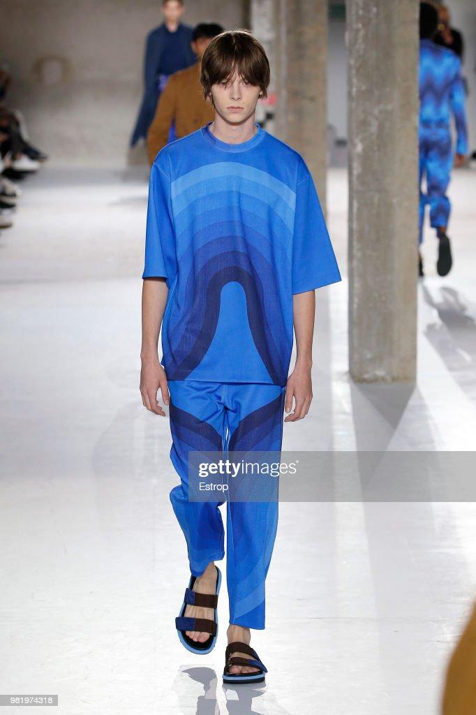 Dries Van Noten: Runway - Paris Fashion Week - Menswear Spring/Summer 2019 : Nachrichtenfoto