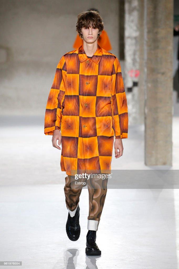 Dries Van Noten: Runway - Paris Fashion Week - Menswear Spring/Summer 2019 : ニュース写真