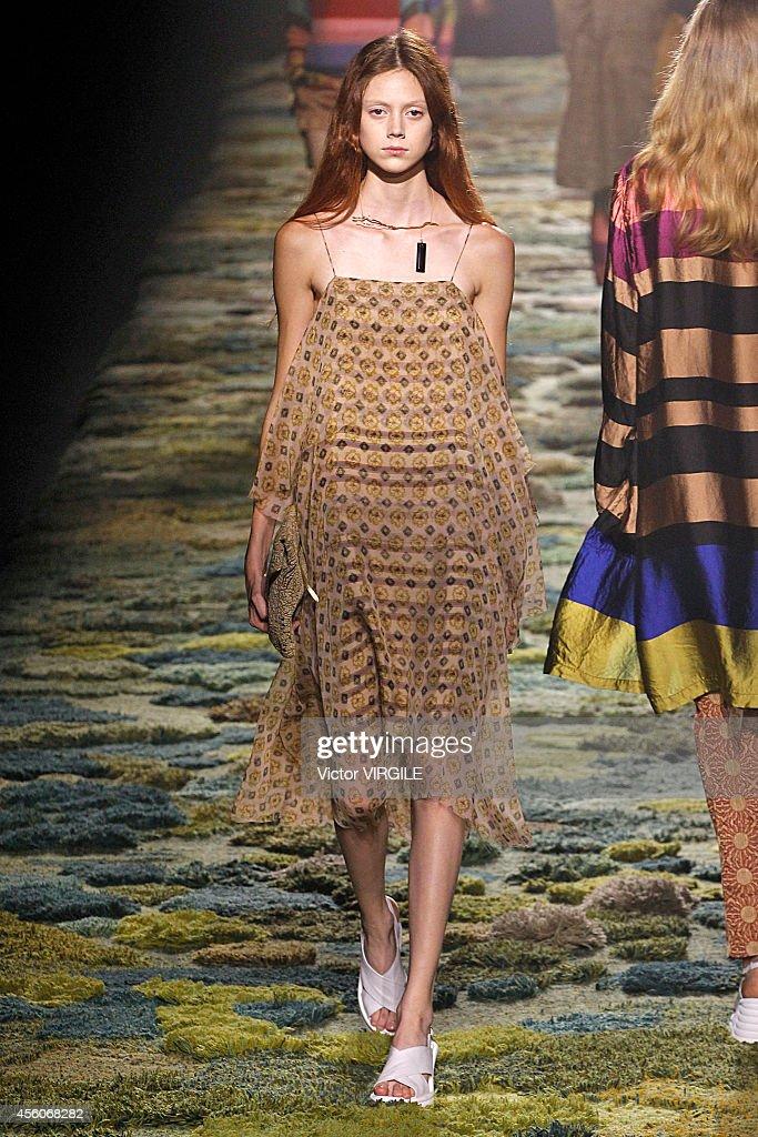 Dries Van Noten : Runway - Paris Fashion Week Womenswear Spring/Summer 2015 : News Photo