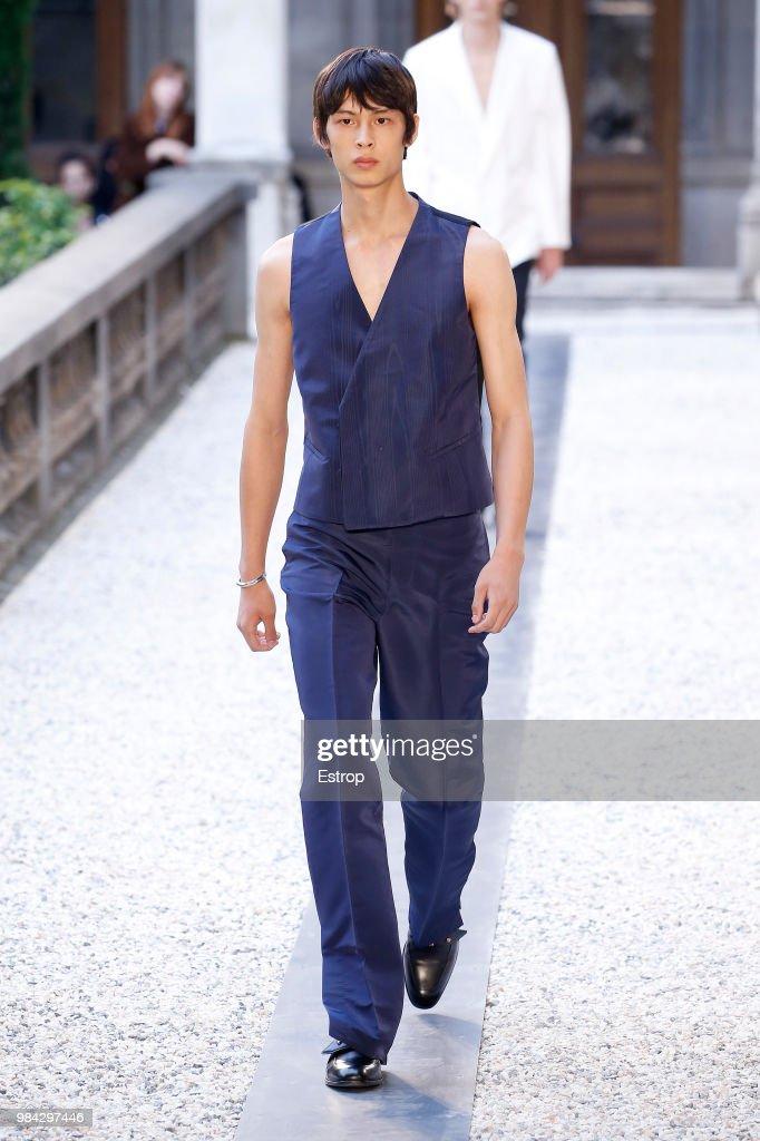 Dunhill London: Runway - Paris Fashion Week - Menswear Spring/Summer 2019 : Photo d'actualité