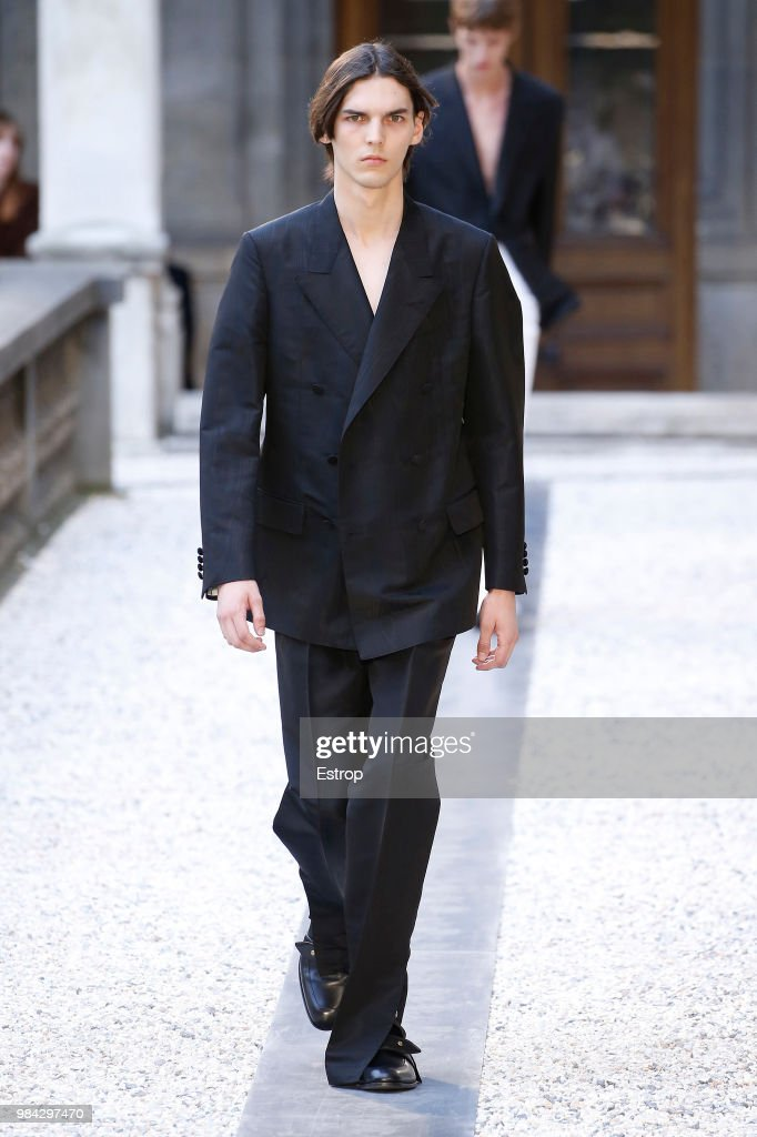 Dunhill London: Runway - Paris Fashion Week - Menswear Spring/Summer 2019 : ニュース写真
