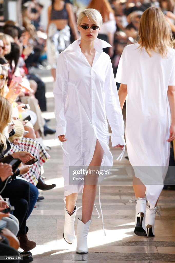 Each x Other : Runway - Paris Fashion Week Womenswear Spring/Summer 2019 : ニュース写真
