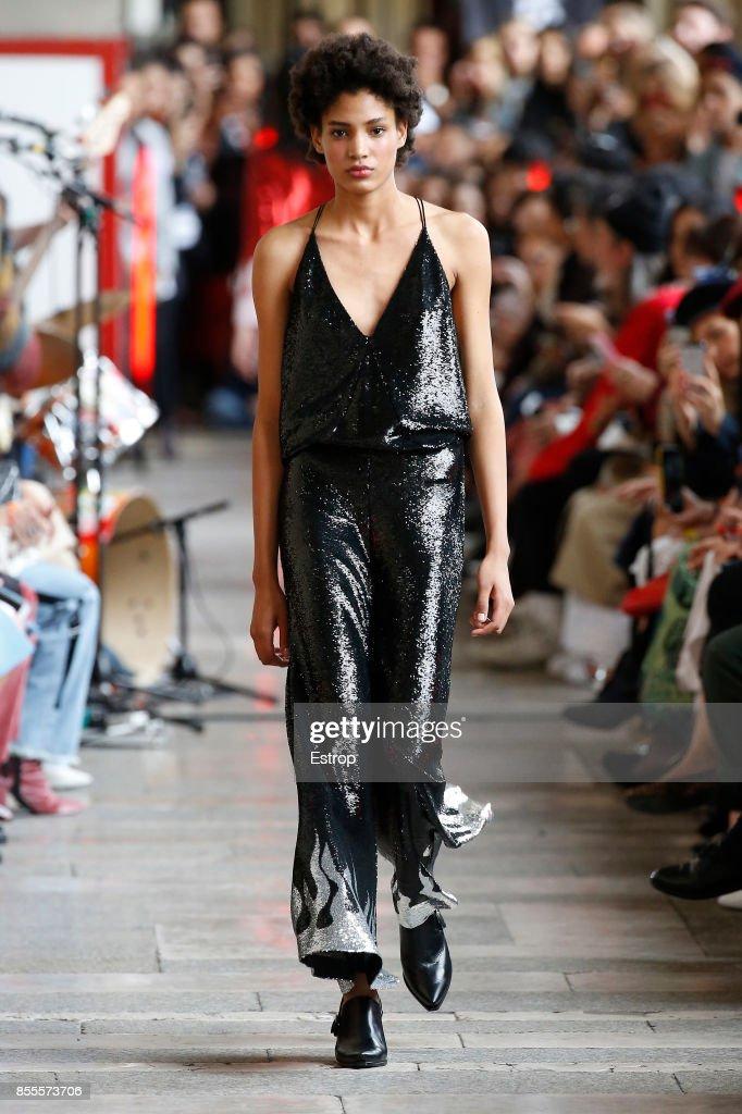 Each X Other : Runway - Paris  Fashion Week Womenswear Spring/Summer 2018 : ニュース写真