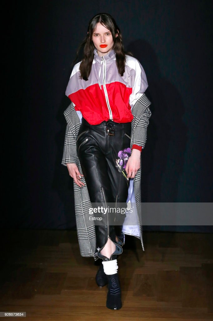 Each x Other : Runway - Paris Fashion Week Womenswear Fall/Winter 2018/2019 : ニュース写真